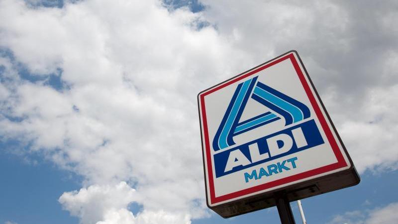 Das Aldi-Nord-Logo ist vor einem bewölkten Himmel zu sehen. Foto: Friso Gentsch/dpa/Symbolbild