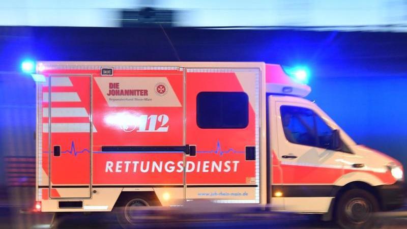Ein Rettungswagen ist mit eingeschaltetem Blaulicht im Einsatz. Foto: Boris Roessler/dpa/Symbolbild