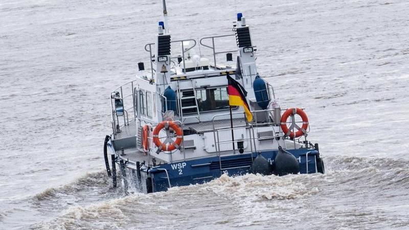 Ein Schiff der Wasserschutzpolizei fährt auf dem Rhein. Foto: Bernd Thissen/dpa/Symbolbild