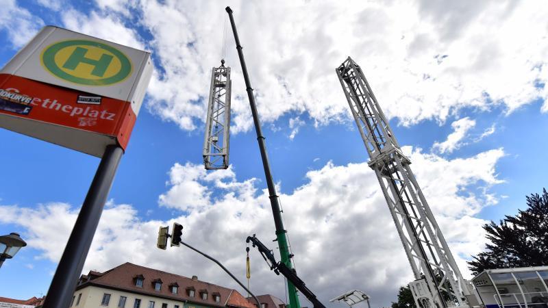"""Der mobile Aussichtsturm """"City Skyliner"""" wird auf dem Goetheplatz im Stadtzentrum montiert. Foto: Martin Schutt/dpa-Zentralbild/dpa"""