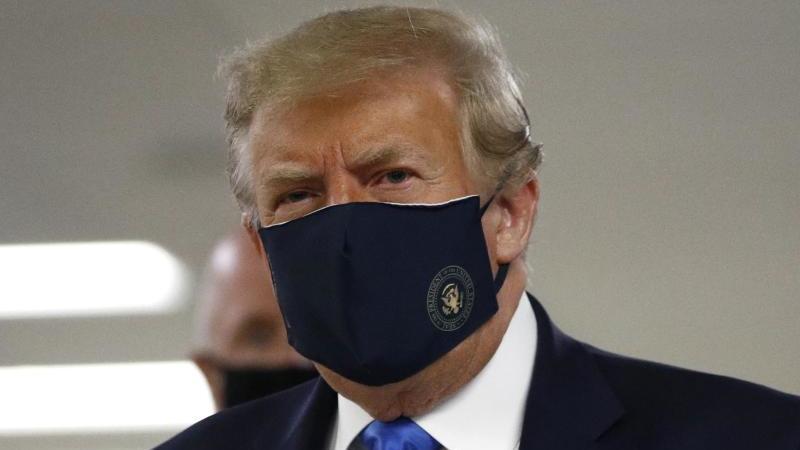 Donald Trump trägt während seines Besuches im Walter-Reed-Militärkrankenhaus einen Mund-Nasen-Schutz. Foto: Patrick Semansky/AP/dpa
