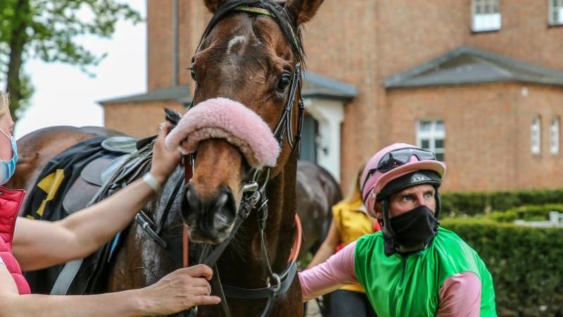 Jockey Andrasch Starke steigt vom Pferd. Foto: Andreas Gora/dpa/Archivbild