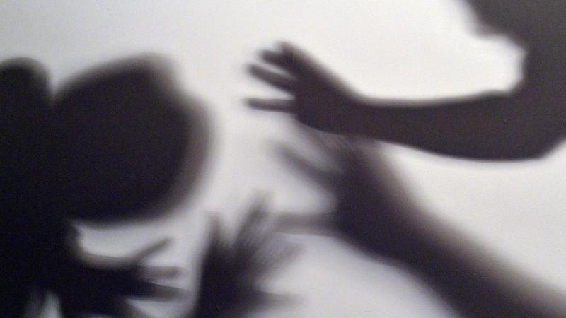 Gestelltes Bild zum Thema häusliche Gewalt. Foto: picture alliance / Maurizio Gambarini/dpa/Illustration