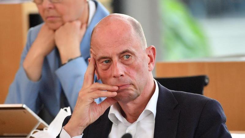 Wolfgang Tiefensee sitzt im Plenarsaal des Landtages von Thüringen. Foto: Martin Schutt/dpa-Zentralbild/dpa/Archivbild