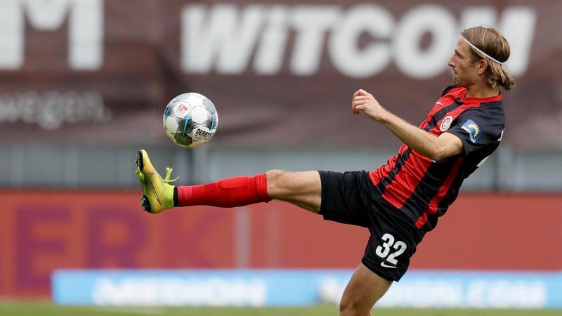 Wiesbadens Stefan Aigner während eines Spiels in Aktion. Foto: Ronald Wittek/epa/Pool/dpa/Archivbild