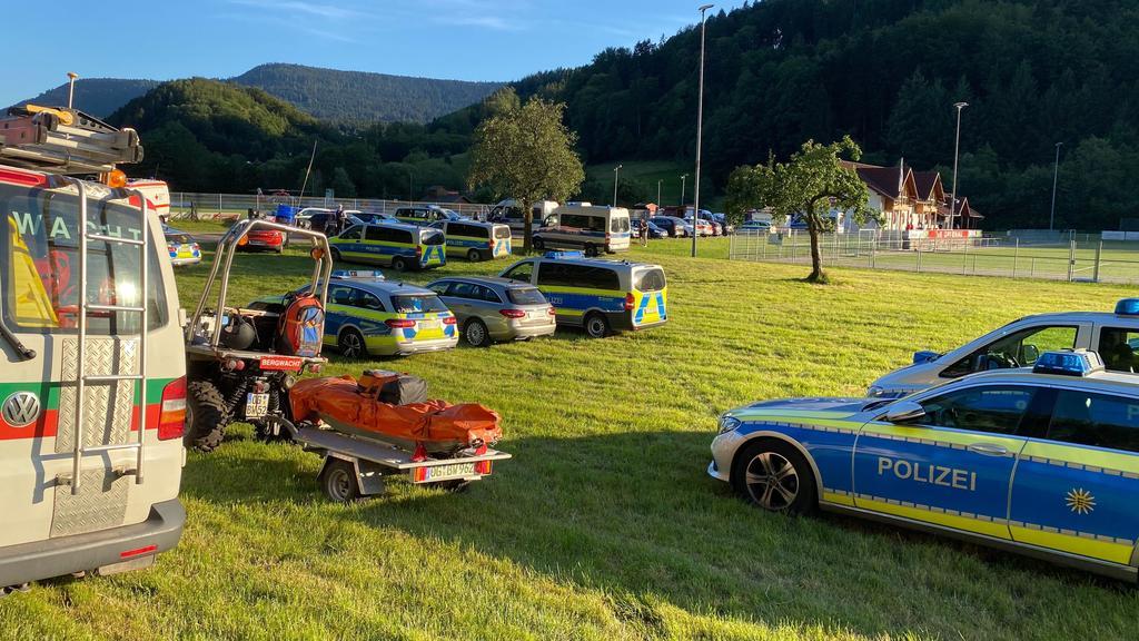 Oppenau im Schwarzwald: Polizei fahndet nach 31-Jährigem, der Polizisten ihre Waffen abgenommen haben soll
