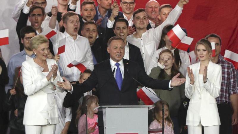 Andrzej Duda spricht zu Unterstützern. Foto: Czarek Sokolowski/AP/dpa