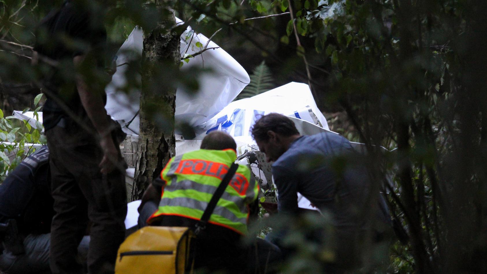 Ultraleichtflugzeug stürzt in Wald - zwei Insassen sterben.