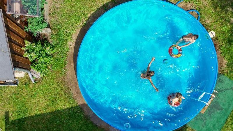 Je nach Größe des Pools ist es sinnvoll eine Leiter anzubringen, damit die Badenden gut hinein- und herauskommen, denn die Ränder sind relativ hoch. Foto: Patrick Pleul/dpa-Zentralbild/dpa-tmn