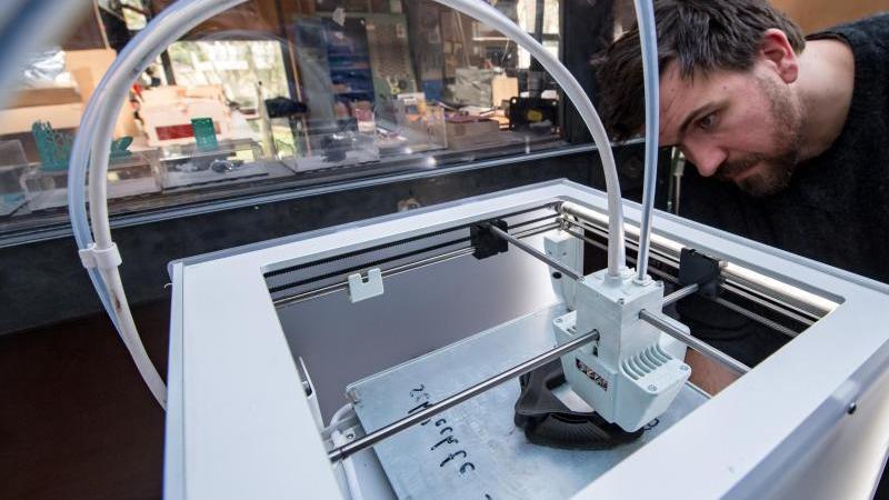 Dieser 3D-Drucker-Prototyp in Halle wird zur Herstellung on Corona-Masken eingesetzt. Foto: Hendrik Schmidt/dpa-Zentralbild/dpa