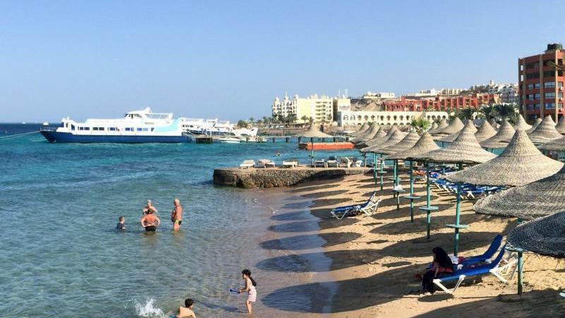 Eine Reisewarnung für das Land gilt noch, aber Touristen dürfen wieder einen Strand-Urlaub in Ägypten verbringen. Foto: picture alliance / Benno Schwinghammer/dpa