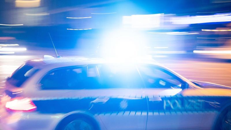 Ein Polizeiauto fährt unter Einsatz von Blaulicht und Sirene. Foto: Lino Mirgeler/dpa/Symbolbild