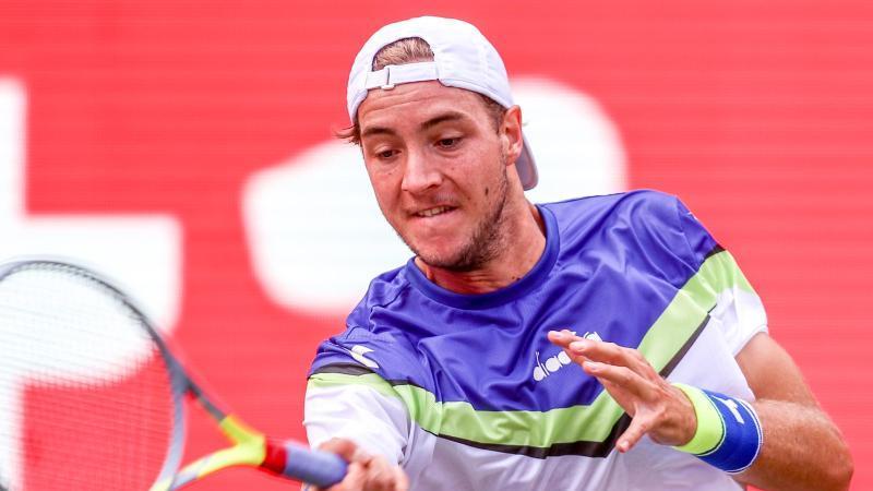Jan-Lennard Struff retourniert einen Ball. Foto: Andreas Gora/dpa