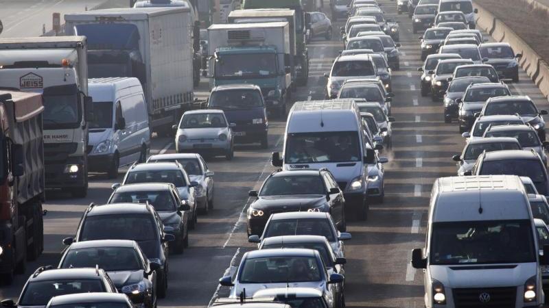 Es staut sich der Verkehr. Foto: Frank Rumpenhorst/dpa/Symbolbild