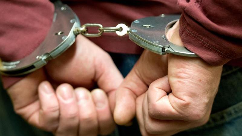 Ein Mann trägt Handschellen. Foto: Sven Hoppe/dpa/Archivbild