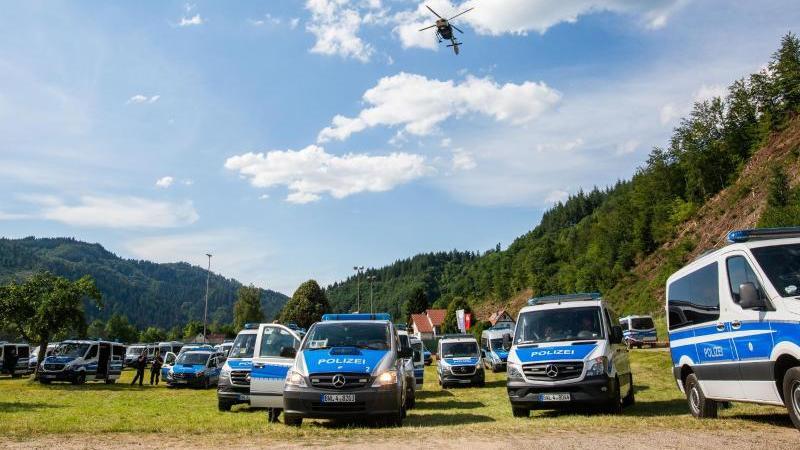 Mit einem Großaufgebot hat die Polizei die Suche nach einem 31-Jährigen fortgesetzt, der vier Polizisten im Schwarzwald bedroht und ihnen die Dienstwaffen abgenommen hatte. Foto: Philipp von Ditfurth/dpa