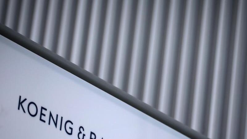 Das Logo des Druckmaschinenherstellers Koenig & Bauer ist am Hauptsitz zu sehen. Foto: Karl-Josef Hildenbrand/dpa/Archivbild