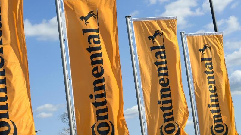 Flaggen der Continental AG wehen imWind. Foto: Holger Hollemann/dpa/Symbolbild