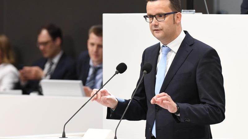 Christian Grascha (FDP) spricht während einer Landtagssitzung im Plenum. Foto: Peter Steffen/dpa/Archivbild