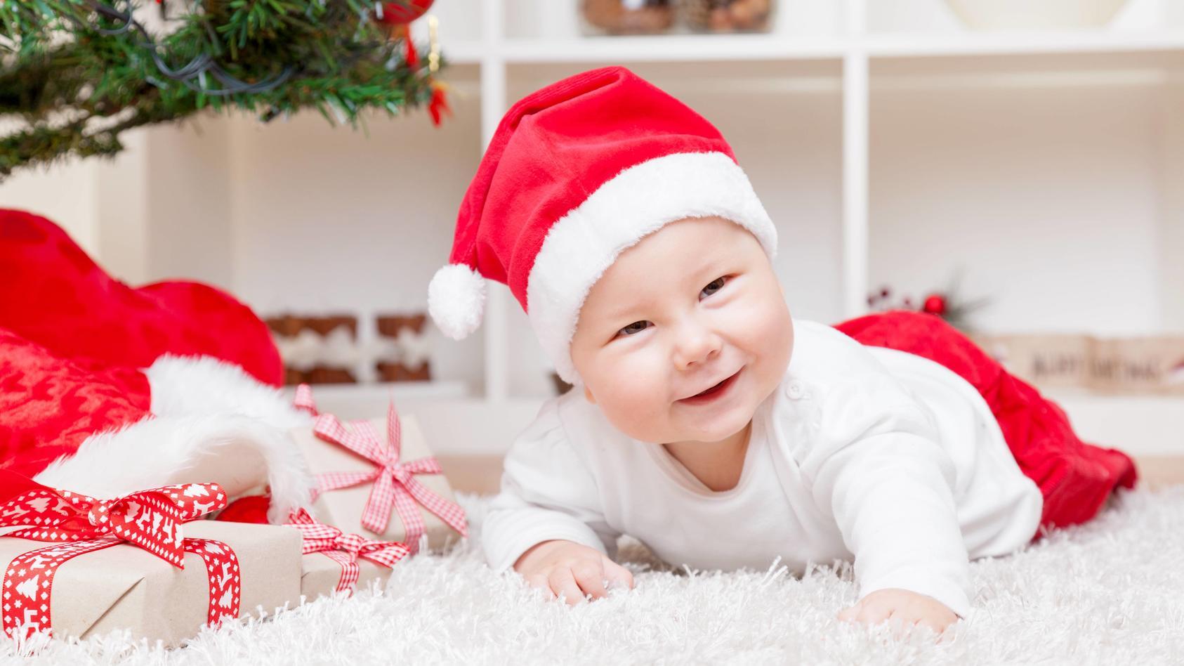 Das erste Weihnachten mit dem Baby ist etwas ganz besonderes: Wir verraten, wie Sie die Feiertage mit dem Kleinkind am besten gestalten.