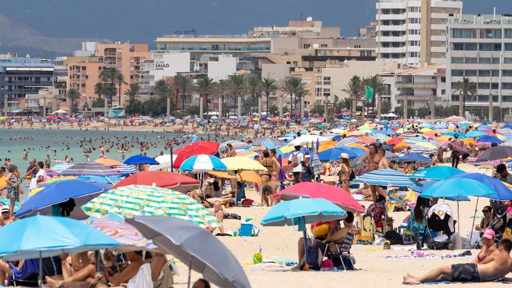 News Bilder des Tages Der Strand an der Playa de Palma ist deutlich gefüllter als in den Tagen zuvor offenbar reisen aktuell wieder mehr deutsche Urlauber nach Mallorca Mallorca einen Tag vor Einführung einer verschärften Maskenpflicht -Der Strand an