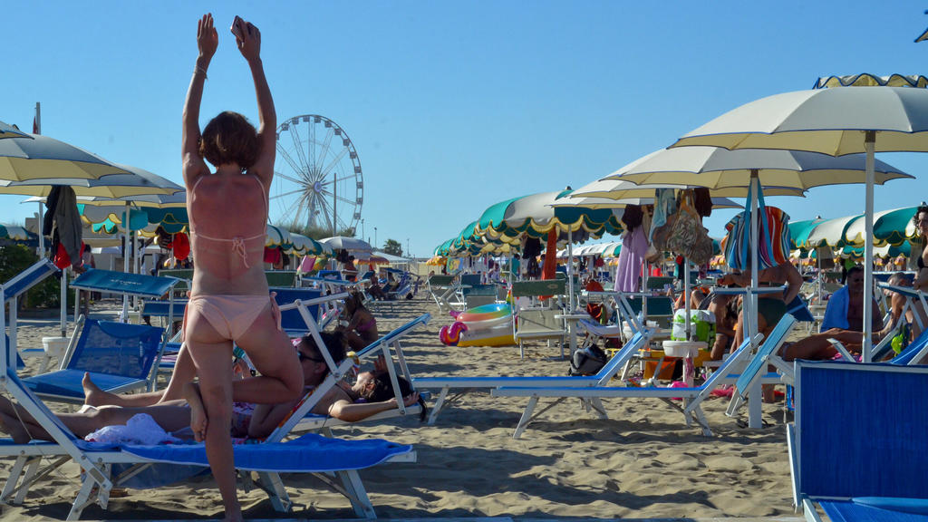 Movement of people at Rimini beach. Movement of people at Rimini beach. July 5,2020, Rimini, Italy : There is a big movement of people with the European summer on the beach at Rimini in Italy, this Sunday. Movement of people at Rimini beach. PUBLICA