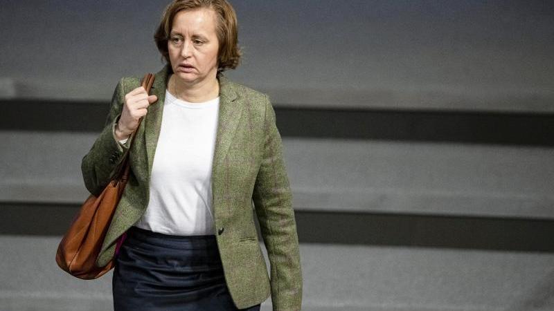AfD-Politikerin Beatrix von Storch kommt zu einer Sitzung im Bundestag. Foto: Fabian Sommer/dpa/Archivbild