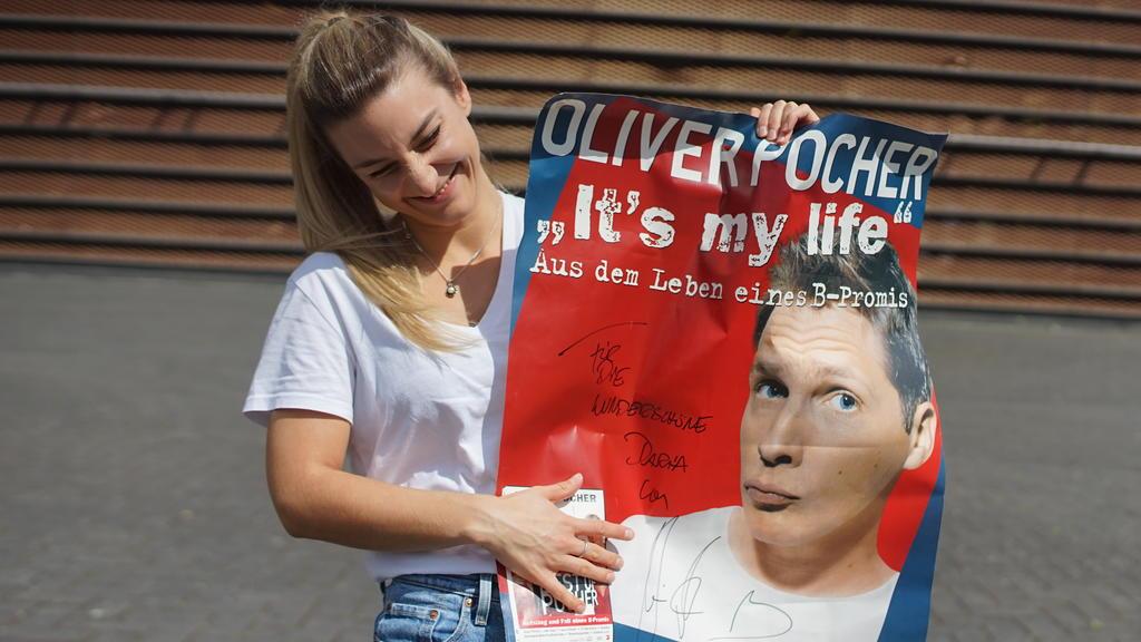 Daria mit einem Poster, auf dem Oliver Pocher unterschrieben hat.