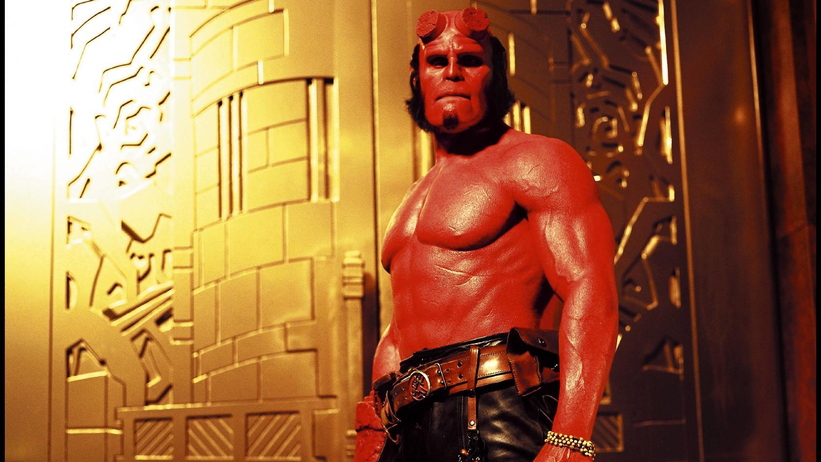 Der Mann aus dem Video teilt die rote Färbung mit Hellboy