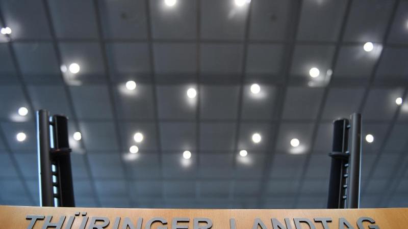 Blick auf das Rednerpult im Thüringer Landtag. Foto: Martin Schutt/dpa-Zentralbild/dpa/Archivbild