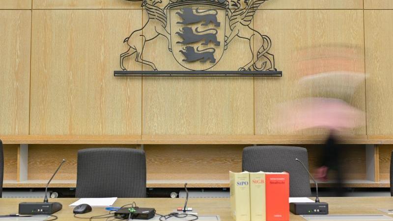 Ein Richter geht durch einen Sitzungssaal im Landgericht Mannheim. Foto: Uwe Anspach/dpa/Archivbild