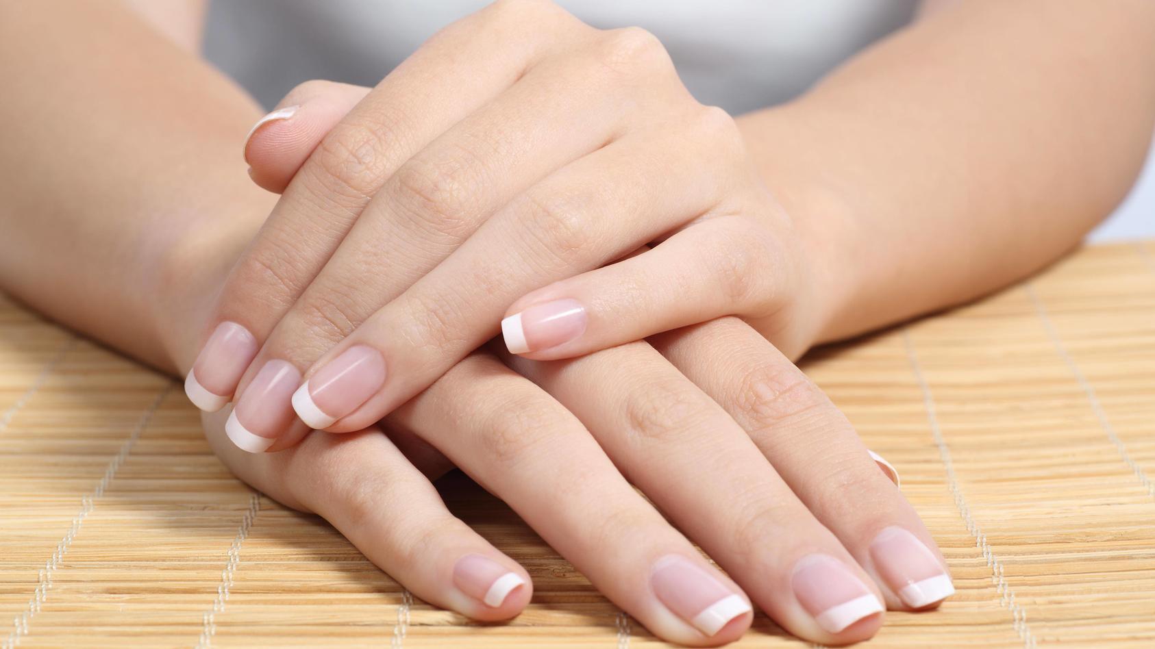 Klassische French Nails passen sowohl zu eckigen als auch zu runden Nagelformen.