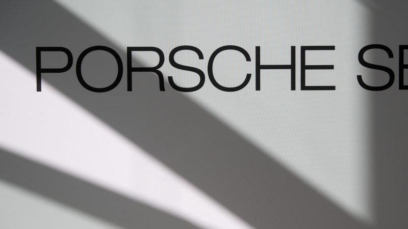 Logo und Schriftzug der Porsche SE. Foto: Marijan Murat/dpa/Archivbild