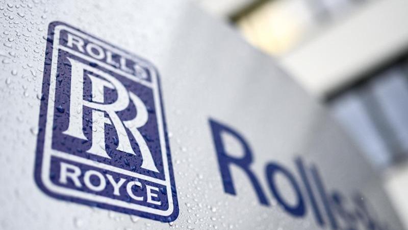 Das Logo von Rolls-Royce ist auf einer Stehle angebracht. Foto: Felix Kästle/dpa/Archiv