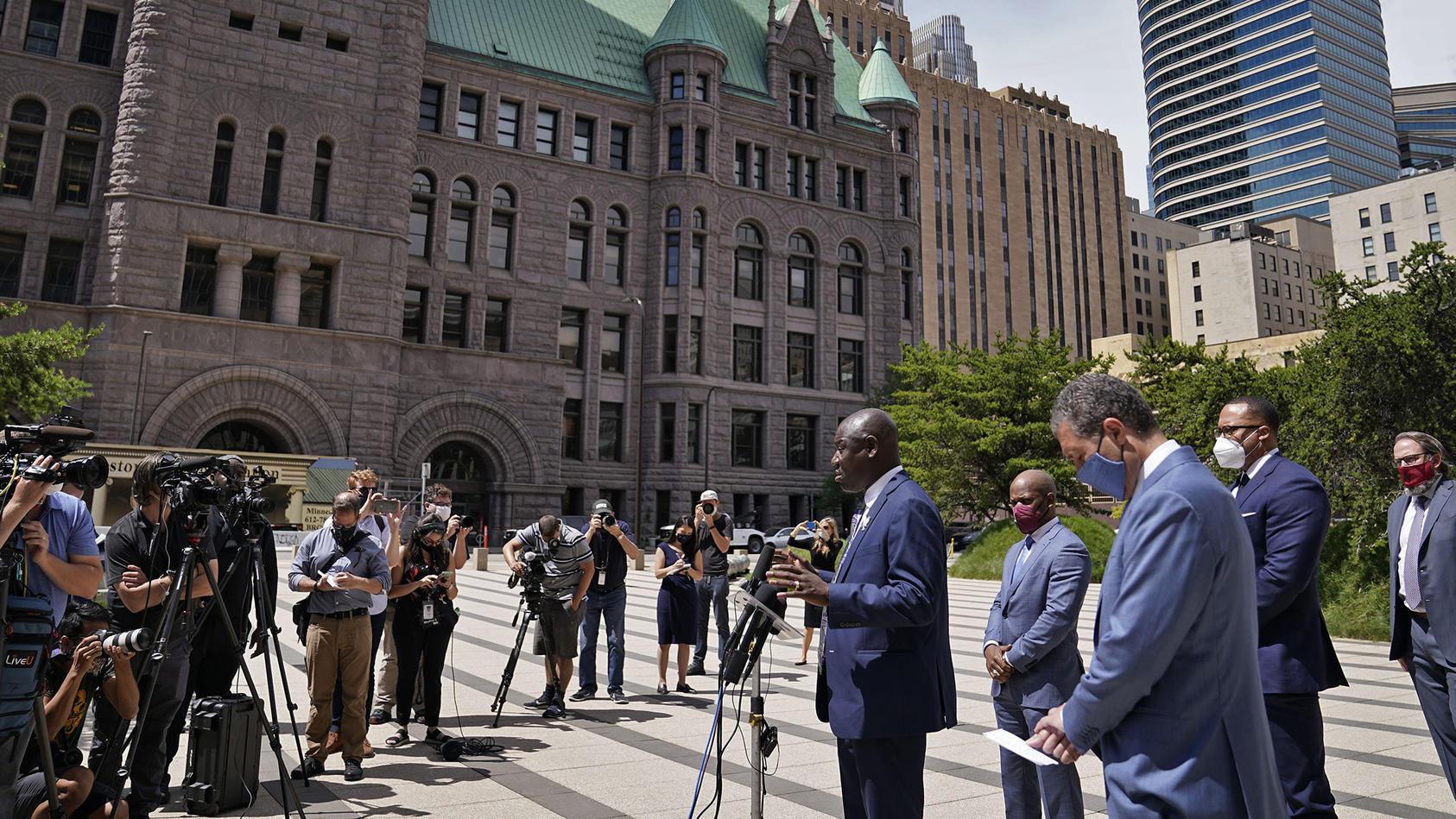 Der Anwalt der Familie des getöteten George Floyds teilt der Presse die Details der Eingereichten Klage mit.