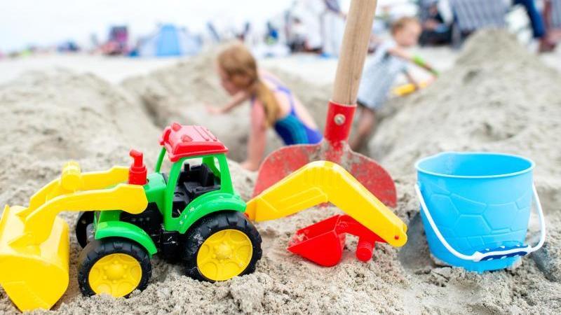 Ein Spielzeug-Traktor steht im Sand am Nordstrand der Insel. Foto: Hauke-Christian Dittrich/dpa