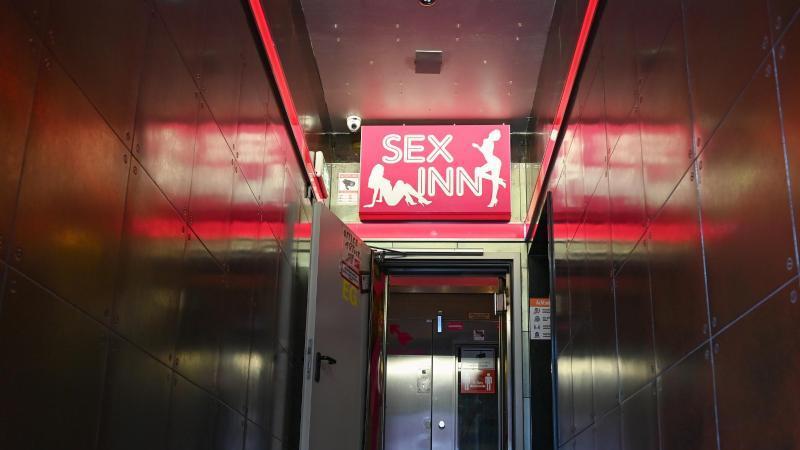 """Blick in den Eingangsbereich des Laufhauses """"Sex Inn"""" im Frankfurter Bahnhofsviertel. Foto: Arne Dedert/dpa"""