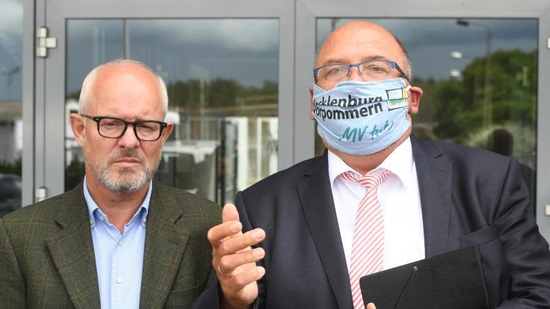 Wirtschaftsminister Harry Glawe (CDU) mit Peter Krumhoff, Geschäftsführer der Eisengießerei Torgelow. Foto: Stefan Sauer/dpa-Zentralbild/dpa