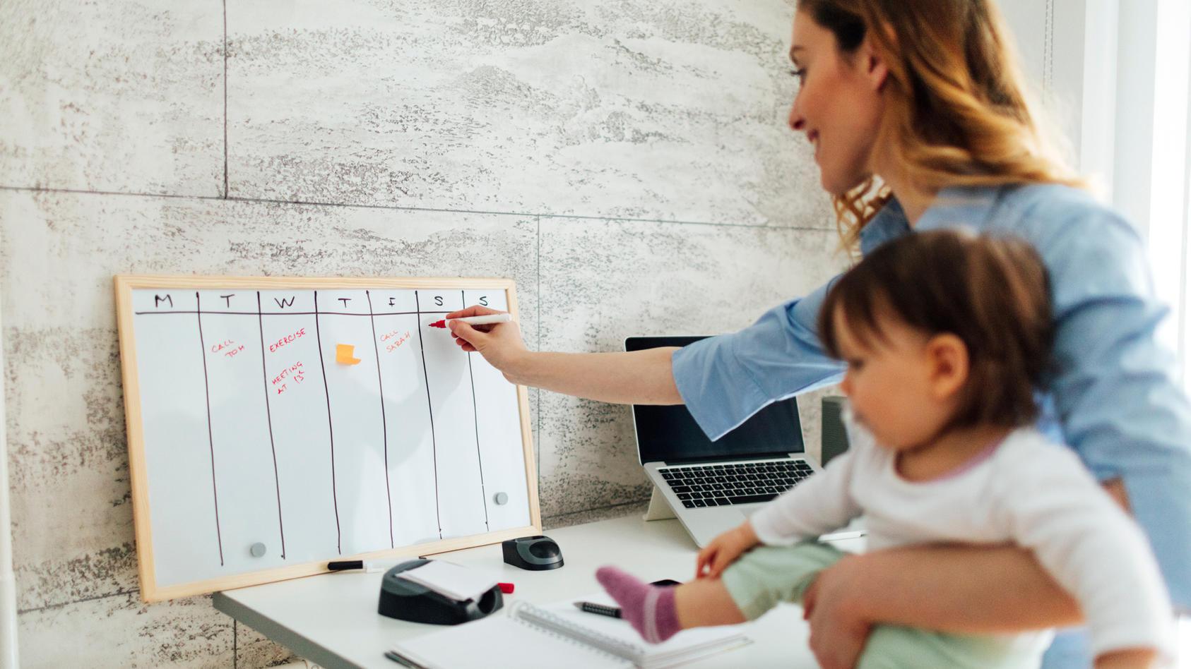 Im Alltag mit dem Baby ist Organisation gefragt: Ein Tagesplan kann helfen, Routinen zu etablieren und den Überblick zu behalten.