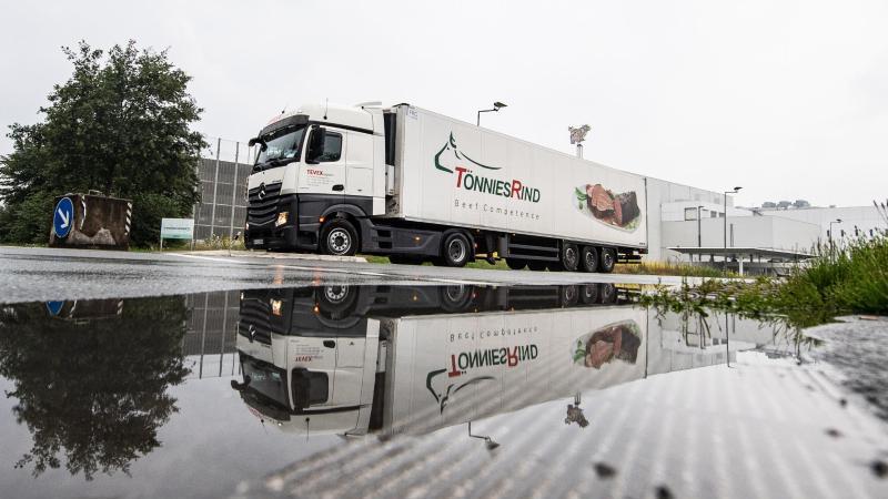 """Ein LKW mit der Aufschrift """"Tönnies Rind"""" bei der Ausfahrt vom Werksgelände in Rheda-Wiedenbrück. Foto: Guido Kirchner/dpa"""
