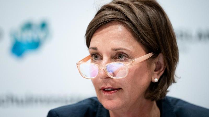 NRW-Schulministerin Yvonne Gebauer (FDP) auf einer Pressekonferenz. Foto: Fabian Strauch/dpa