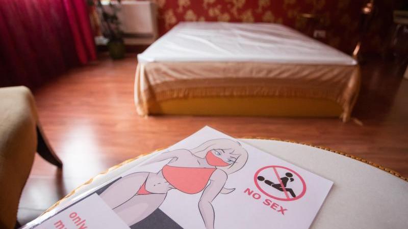 """Ein Flyer mit der Aufschrift """"No Sex, only massage welcome, safety first"""" liegt in einem Bordell. Foto: Tom Weller/dpa"""