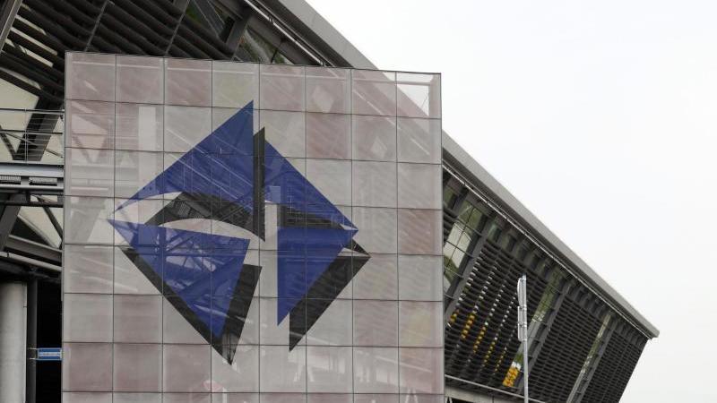 Das Logo vom Flughafen Leipzig/Halle am Zentralterminal. Foto: Peter Endig/dpa-Zentralbild/dpa/Archivbild