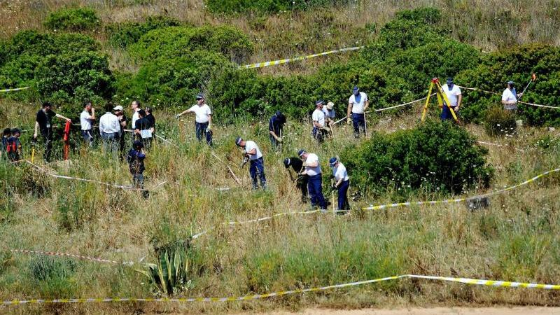 Polizisten durchsuchen Buschland im Zuge der Untersuchung im Fall der vermissten Madeleine McCann. Foto: Nick Ansell/PA Wire/dpa/Archivbild