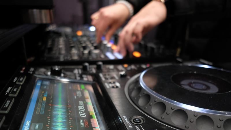 """Ein DJ am Werk in einer Halle der Leipziger Messe während der Messe """"musicpark"""". Foto: Sebastian Willnow/dpa-Zentralbild/dpa/Archivbild"""