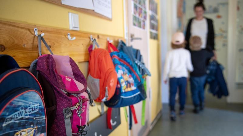 Kinderrucksäcke hängen im Eingangsbereich einer Kita. Foto: Monika Skolimowska/dpa-Zentralbild/dpa/Symbolbild
