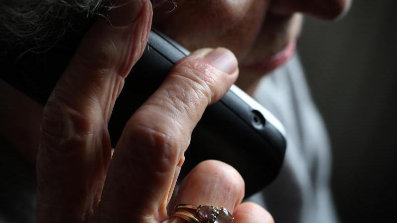 Ruhig öfters zum Hörer greifen: Jeder Anruf ihrer Lieben macht älteren Menschen eine Freude. Foto: Karl-Josef Hildenbrand/dpa/dpa-tmn