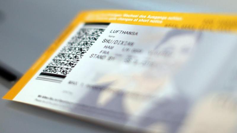 Ein Flugticket der Lufthansa. Foto: Malte Christians/dpa