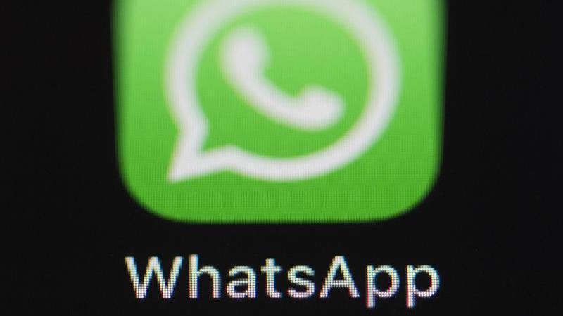 Die Messenger-App WhatsApp lässt sich auch über Browser auf einem Computer nutzen - für das BKA offenbar ein Einfallstor zumMitlesen. Foto: Silas Stein/dpa