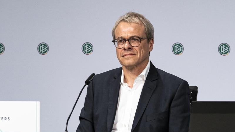 Peter Peters, DFB-Vizepräsident, spricht bei einer Pressekonferenz. Foto: Thomas Böcker/DFB/dpa/Archivbild